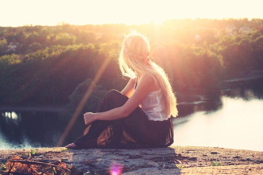 Prendersi cura dei capelli in estate: consigli pratici ed errori da evitare assolutamente